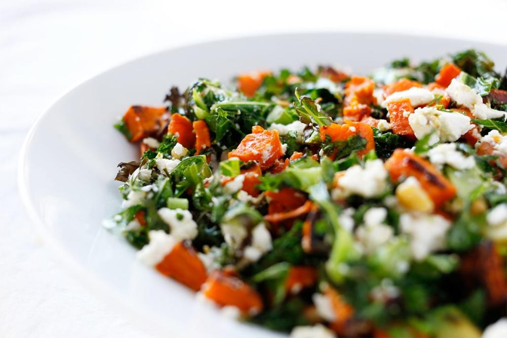 Lun salat med søtpotet, fetaost og grønnkål